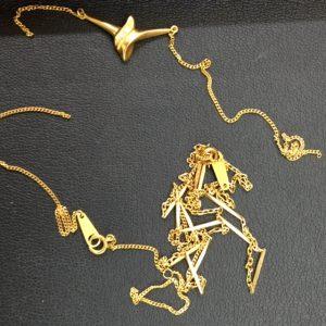 壊れた金のネックレス