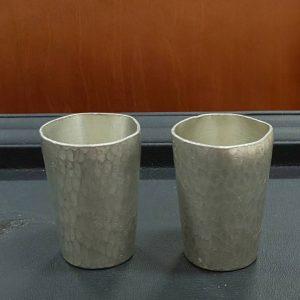 錫半、錫で口当たりがまろやかになるといわれ、保温性・保冷性にも優れていることから酒器に使われます