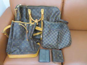 本日はルイ・ヴィトンのバックと財布をお持ち頂きました。