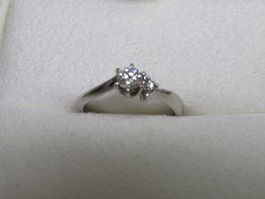本日は4℃の立爪ダイヤリングをお買取りさせて頂きました。